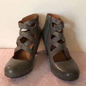 Miz Mooz size 8.5 unique olive strappy shoes.